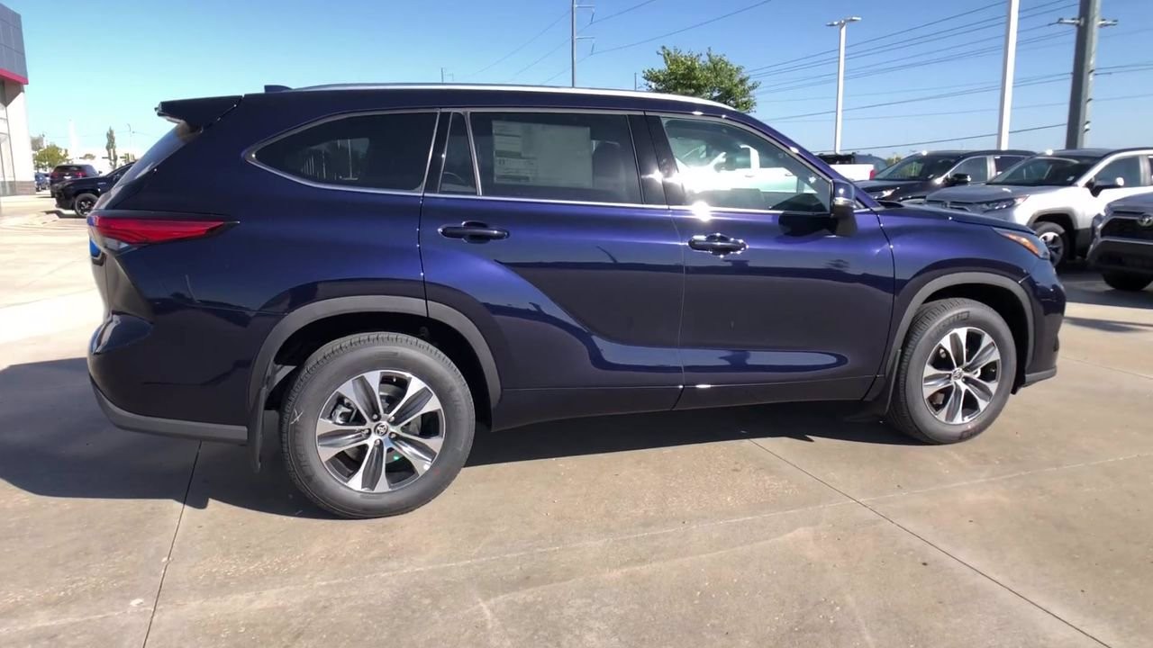 new 2021 toyota highlander xle sport utility in kansas